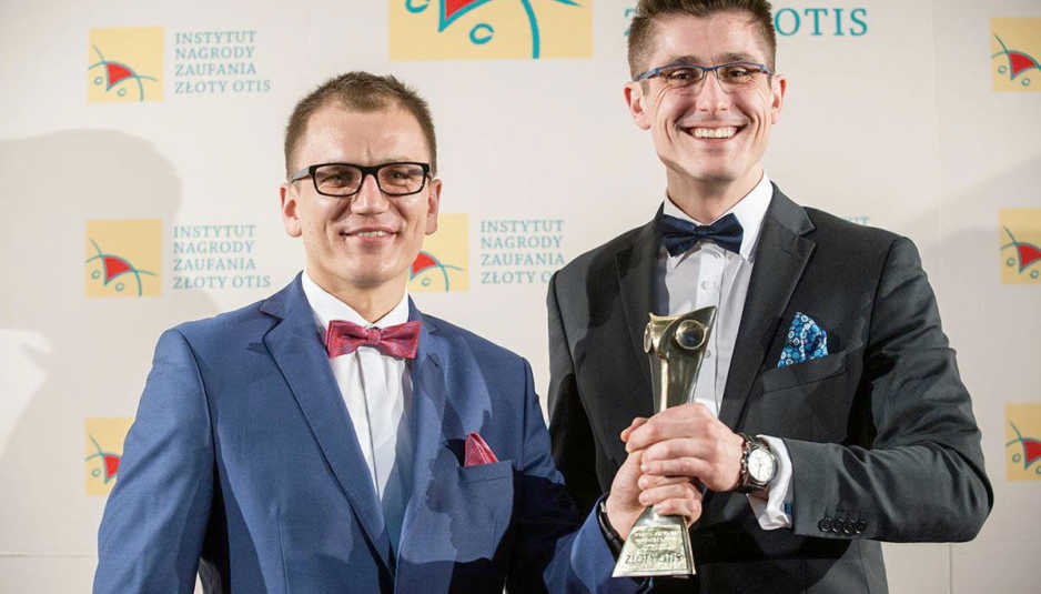 """Sebastian Szyper idr Mariusz Baumgart otrzymali Honorową Nagrodę Zaufania """"Złoty OTIS 2017"""" dla Stowarzyszenia """"Udarowcy – Liczy się wsparcie""""."""