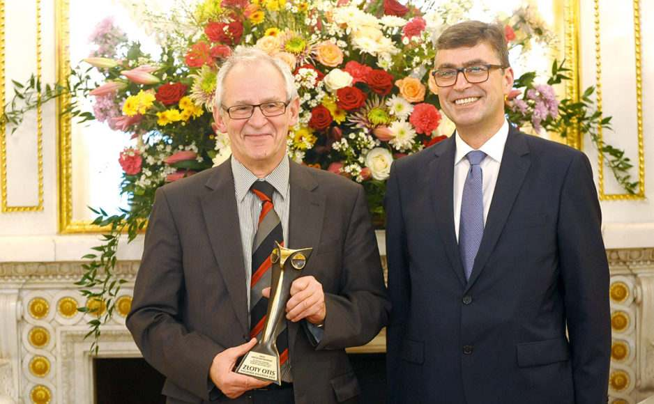 Prof. Maciej Krzakowski otrzymał Honorową Nagrodę Zaufania Złoty OTIS za wprowadzenie koordynowanej opieki wonkologii (na zdjęciu z red. Pawłem Krusiem)